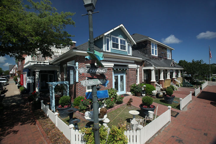 houses lining the streets in the town of Manteo, NC